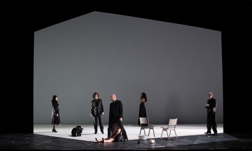"""Schwarz auf weiß, """"Emilia Galotti"""" von Marijn Simons am Theater Koblenz, Foto: Matthias Baus für das Theater Koblenz"""