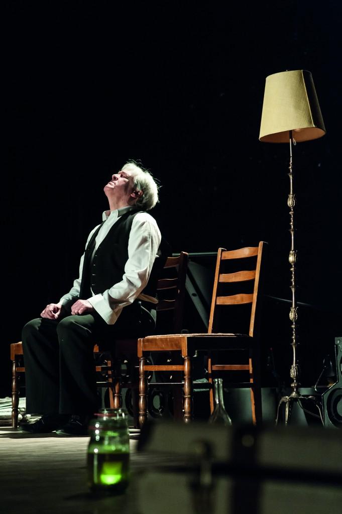 """Der Duende (Stefan Ostertag) in schmerzvoller Erinnerung an María, """"María de Buenos Aires"""" von Astor Piazzolla am Staatstheater Braunschweig, Foto: Volker Beinhorn"""