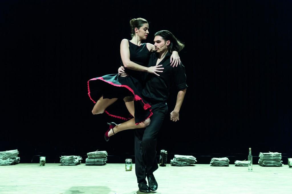 """Was passiert zwischen Mann (Philipp Georgopoulos) und Frau (Nicole Lucetic)? """"María de Buenos Aires"""" von Astor Piazzolla am Staatstheater Braunschweig, Foto: Volker Beinhorn"""