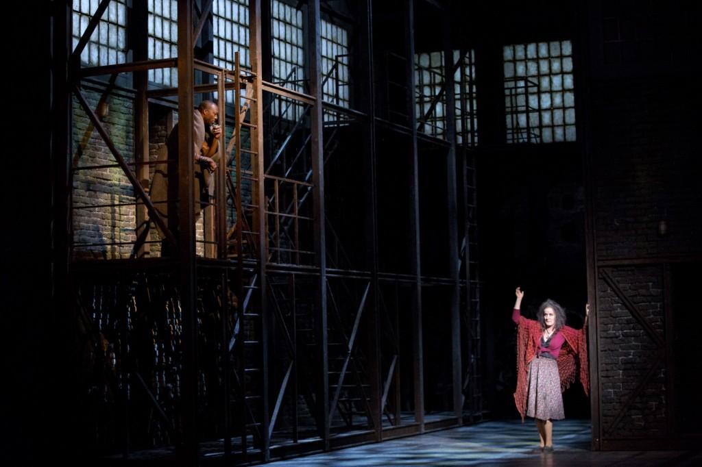 "Abad (Augustin Dikongué) und Cécile (Leila Pfister) pflegen gute Nachbarschaft, ""Quai West"" von Régis Campo am Staatstheater Nürnberg, Foto: Ludwig Olah"