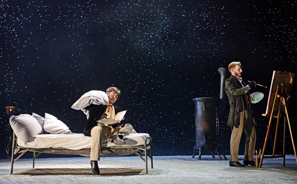 "Bei Rodolfo (Carlo Jung-Heyk Chor) und Marcello (Todd Boyce) schneits rein, ""La Bohème"" von Giacomo Puccini am Luzerner Theater, Foto: Toni Suter / T+T Fotografie"