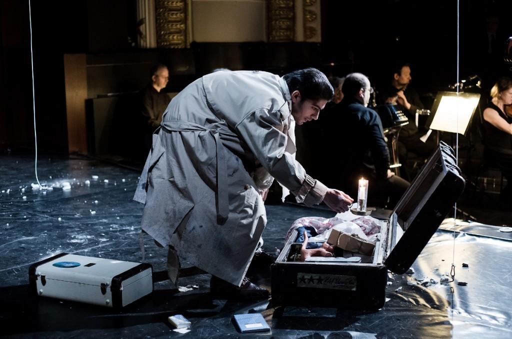 """Der kleine Koffer (Ipča Ramanović) wühlt im großen Koffer nach Erinnerungsstücken, """"Hochwasser"""" von Johannes Harneit am Theater Heidelberg, Foto: Annemone Taake"""