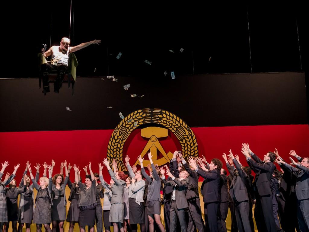 """Geldgier vor der Flagge der DDR, """"Abends am Fluss"""" von Johannes Harneit am Theater Heidelberg, Foto: Annemone Taake"""