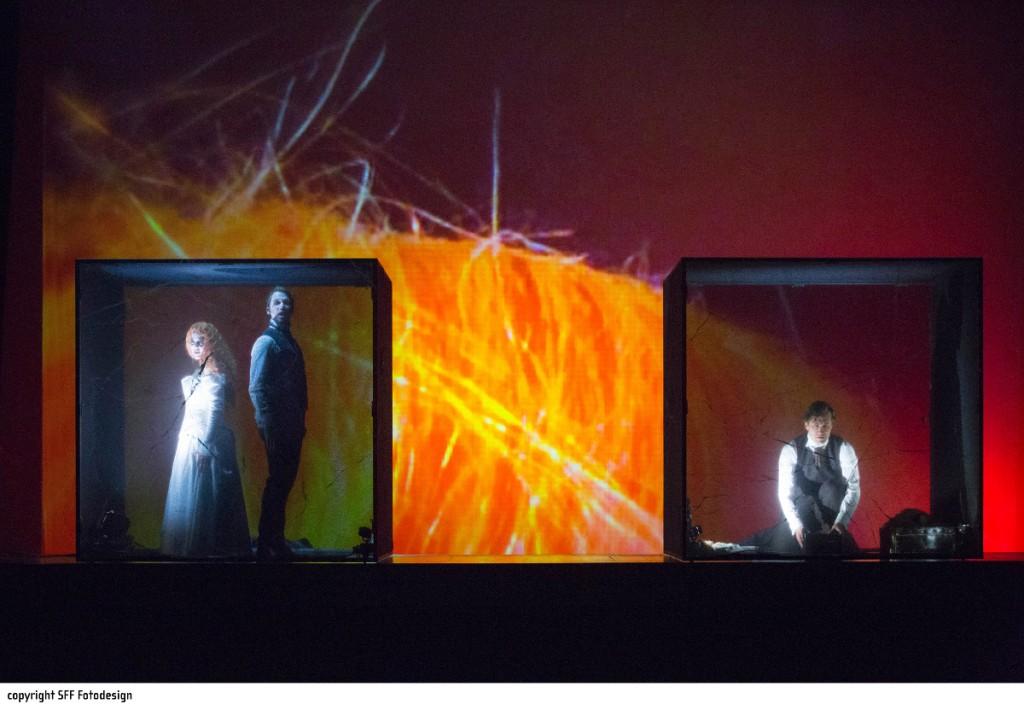 """Zuhause oder Gefängnis? Madeline (Ina Lisa Lehr), Roderick (Mathias Frey) und William (Birger Radde) sitzen fest, """"Der Untergang des Hauses Usher"""" von Philip Glass am Theater Hof, Foto: Harald Dietz, SFF Fotodesign"""