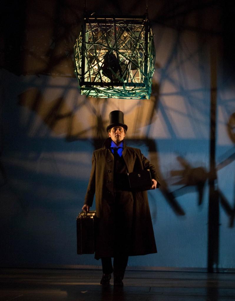 """Der Kokon des Hauses Usher senkt sich auf William (Birger Radde) herab, """"Der Untergang des Hauses Usher"""" von Philip Glass am Theater Hof, Foto: Harald Dietz, SFF Fotodesign"""