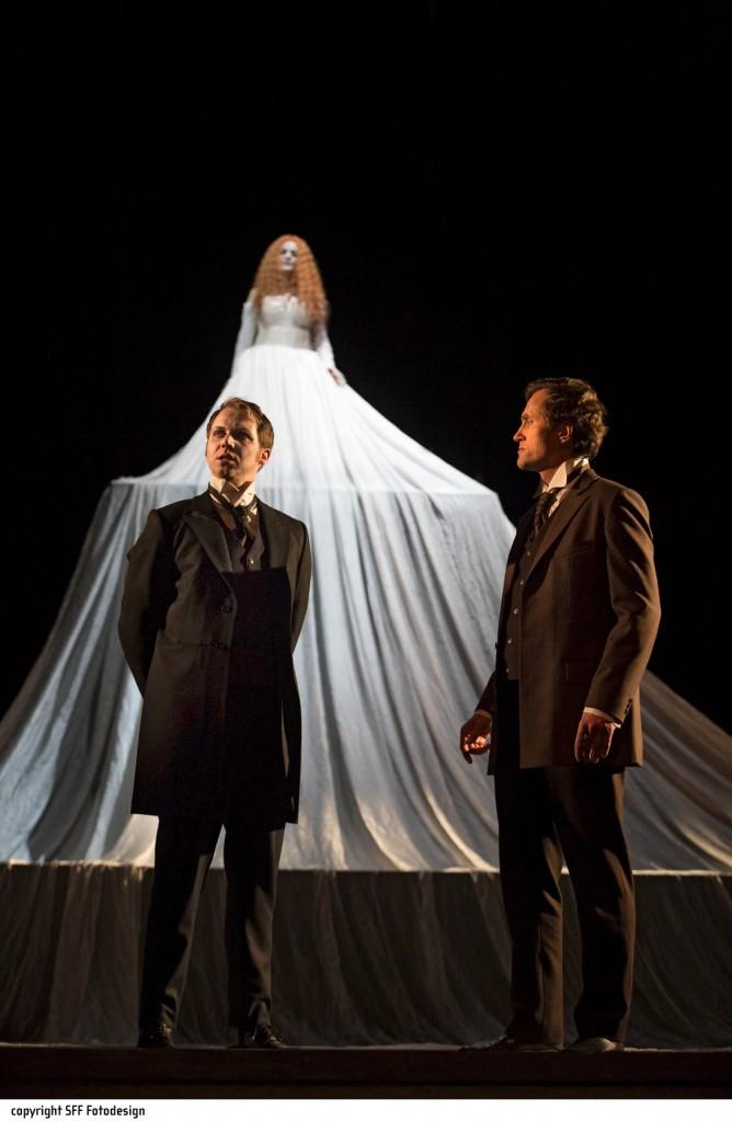 """Madeline (Inga Lisa Lehr) ist unter anderem der Geist des Hauses Usher, """"Der Untergang des Hauses Usher"""" von Philip Glass am Theater Hof, Foto: Harald Dietz, SFF Fotodesign"""