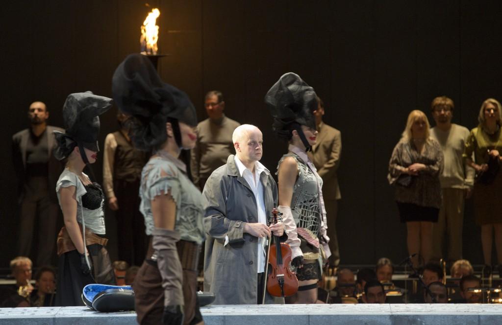 """Christobald (Uwe Eikötter) will nicht mehr mit den anderen fiedeln, """"Irrelohe"""" von Franz Schreker am Pfalztheater Kaiserslautern, Foto: Stephan Walzl"""