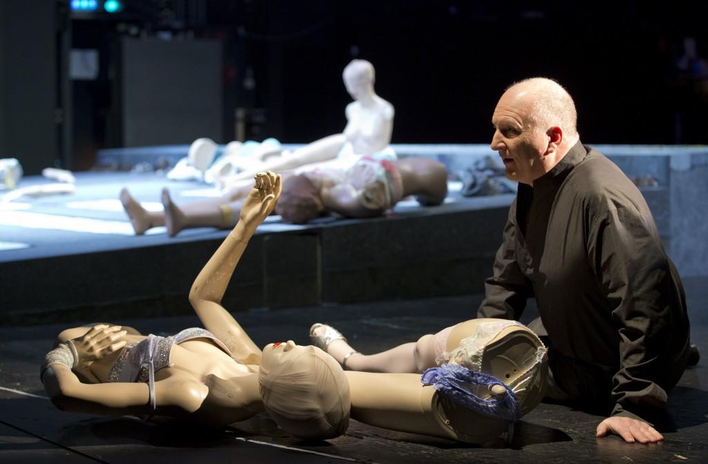 """Heinrich (Heiko Börner) inmitten von verbrauchten Frauenkörpern, """"Irrelohe"""" von Franz Schreker am Pfalztheater Kaiserslautern, Foto: Stephan Walzl"""