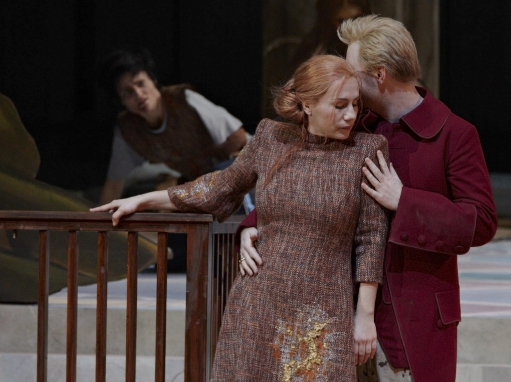 """Der Vologeso (Sophie Marilley) liegt in Ketten; Berenike (Ana Durlovski) liegt in Lucio Veros (Sebastian Kohlhepp) Armen, """"Berenike"""" von Niccolò Jommelli an der Oper Stuttgart, Foto: A.T. Schaefer"""