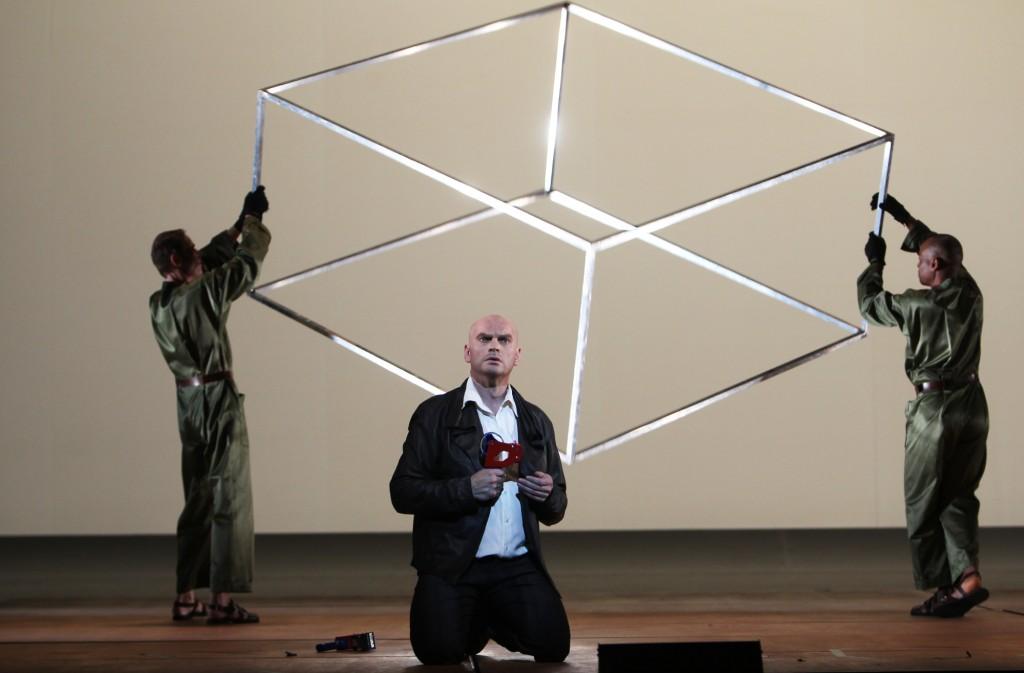 """Bewegte geometrische Formen und Dino Campana (Tómas Tómasson), """"la bianca notte / die helle nacht"""" von Beat Furrer an der Staatsoper Hamburg, Foto: Jörg Landsberg"""