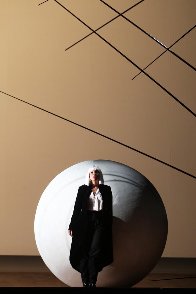 """Sibilla (Golda Schultz), """"la bianca notte / die helle nacht"""" von Beat Furrer an der Staatsoper Hamburg, Foto: Jörg Landsberg"""