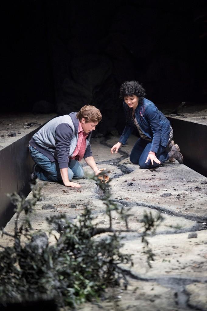 "Lucia (Kateryna Kasper) und Sipho (Michael Porter) treffen sich an ihrem Fluss, ""An unserem Fluss"" von Lior Navok an der Oper Frankfurt, Foto: Monika Rittershaus"