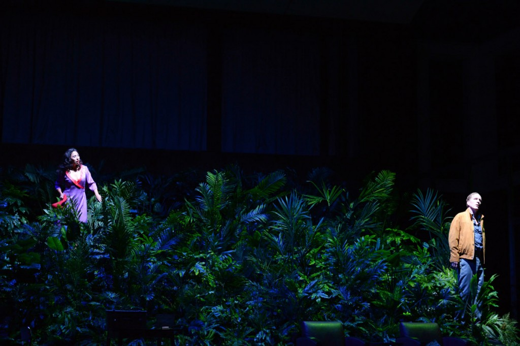 "Julietta (Juanita Lascarro) und Michel (Kurt Streit) im Plastikwald, ""Julietta"" von Bohuslav Martinu an der Oper Frankfurt, Foto: Barbara Aumüller"