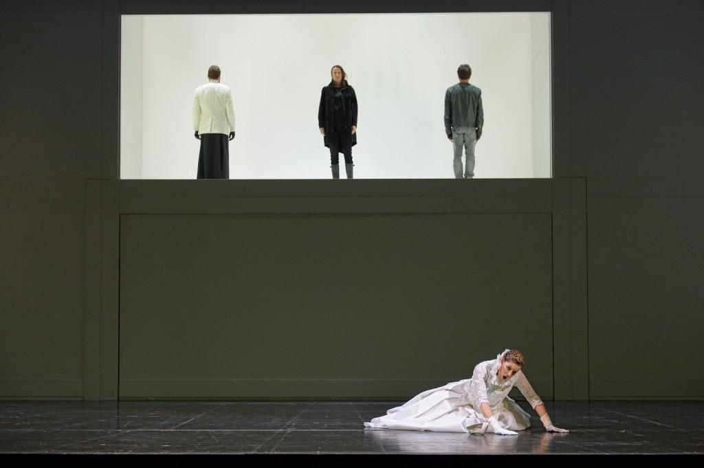 """Im oberen Schaukasten gibt es bebildernde Pantomime oder kluge Texte zu sehen, """"Médée"""" von Luigi Cherubini am Staatstheater Mainz, Foto: Andreas Etter"""