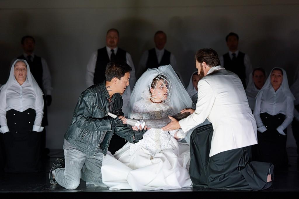 """Dircé (Dorin Rahardja) soll das Brautgeschenk von Jason (Philippe Do) ganz toll finden, sagt der König (Peter Felix Bauer), """"Médée"""" von Luigi Cherubini am Staatstheater Mainz, Foto: Andreas Etter"""