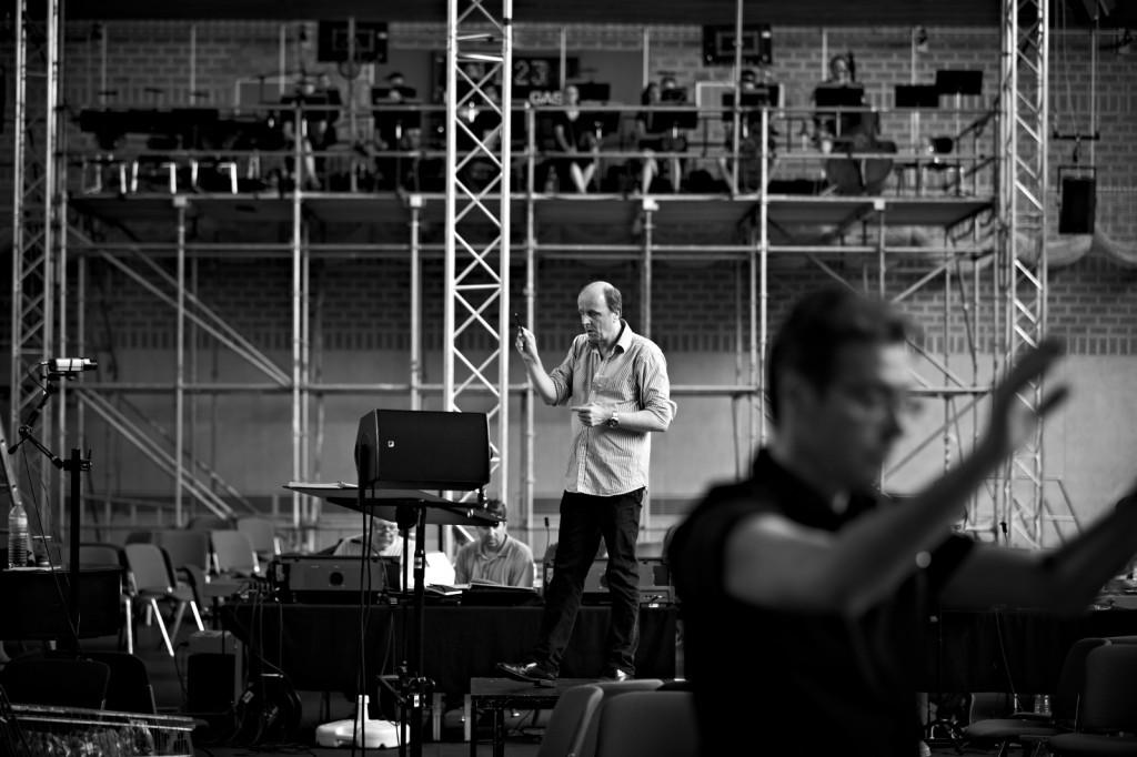 """Auf den hier leeren Stühlen rund um Dirigent Johannes Harneit sitzen im Ernstfall viele bunte (ablenkende) Menschen, """"Prometeo"""" von Luigi Nono in der Sporthalle am Böllenfalltor in Darmstadt, Foto: Michael Hudler"""