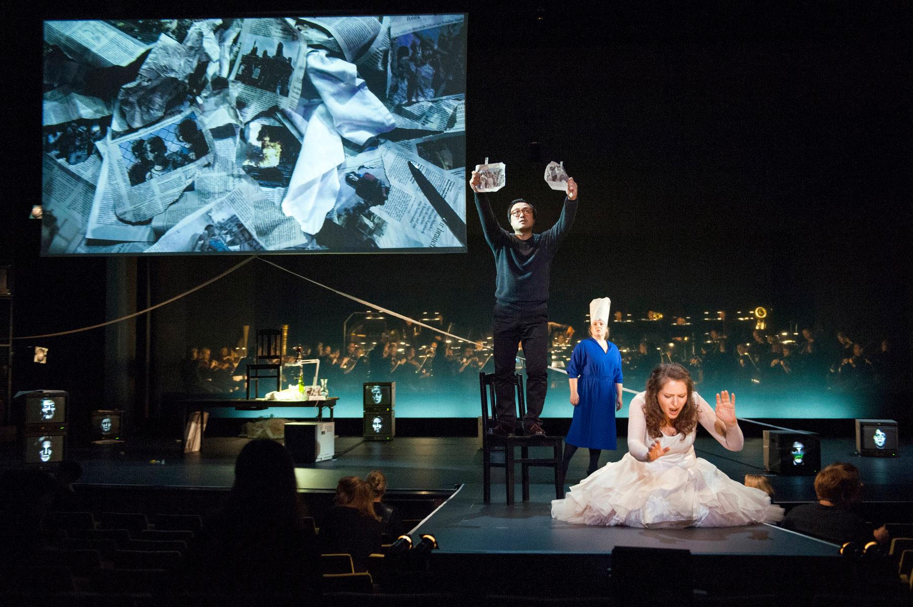 """Aida (Tatiana Serjan), Amneris (Anna Smirnova) und Radames (Alfred Kim) sind hier hautnah zu erleben, """"Aida"""" von Giuseppe Verdi an der Deutschen Oper Berlin, Foto: Marcus Lieberenz"""