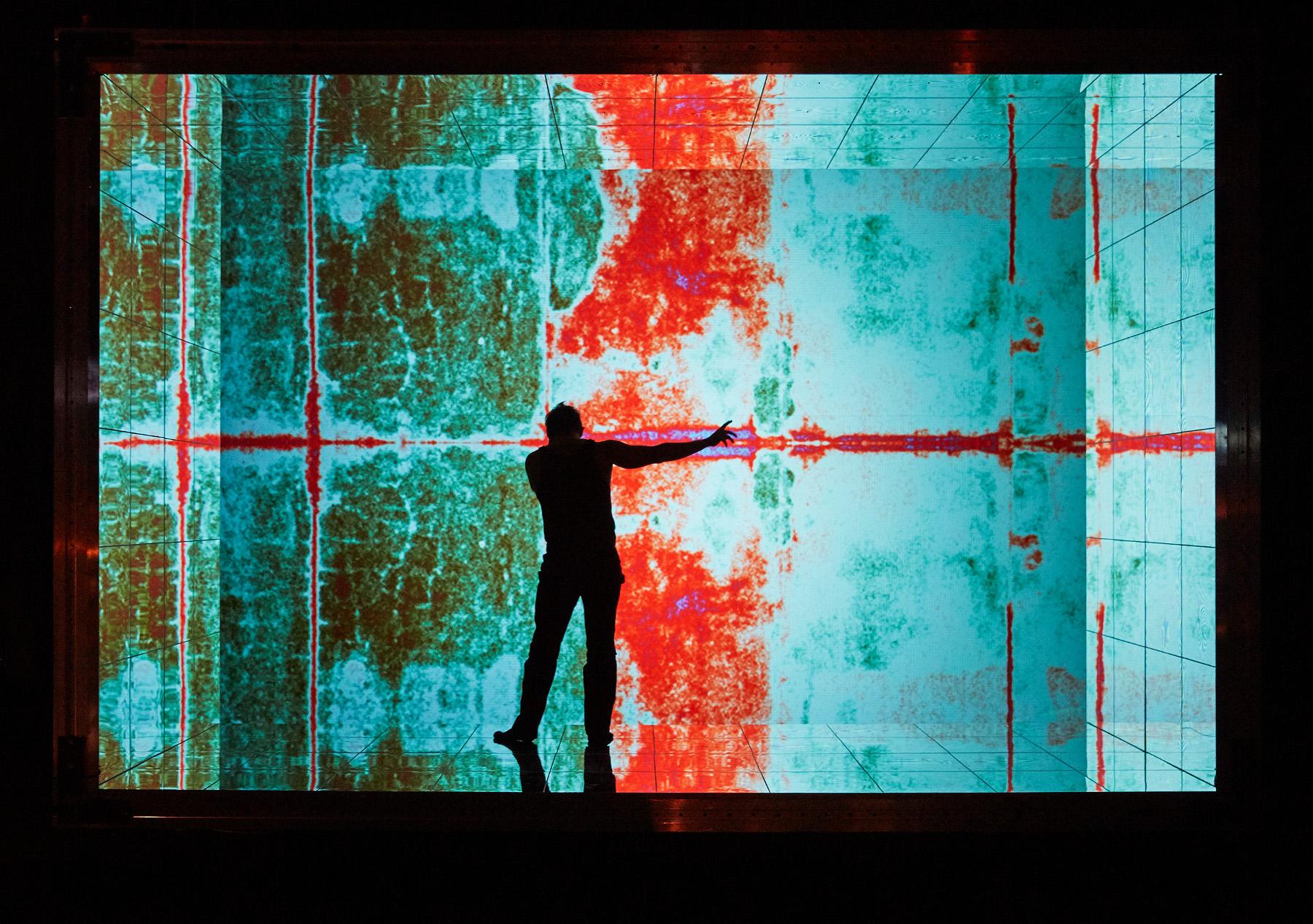 """So kommt man mit wenig Material und einer guten Idee zu einer großen Wirkung. R. Hot (Martin Koch) als Silhouette im Bühnenbild von Okarina Peter und Timo Dentler, """"R. Hot bzw. Die Hitze"""" von Friedrich Goldmann an der Semperoper Dresden, Foto: Nik Schölzel"""