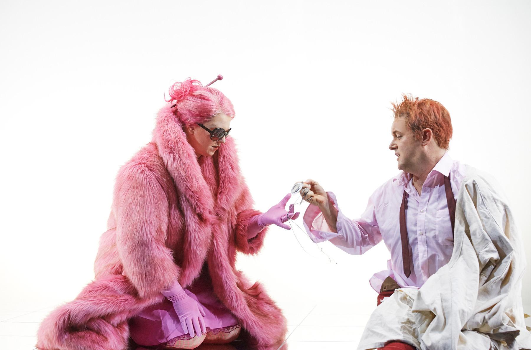 """So turteln eine Prinzessin in Pink (Menna Cazel) und ein Rebell in Zwangsjacke (Martin Koch), """"R. Hot bzw. Die Hitze"""" von Friedrich Goldmann an der Semperoper Dresden, Foto: Nik Schölzel"""