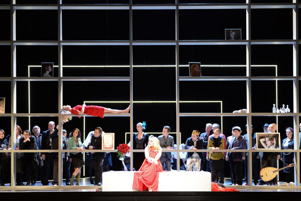 """Marietta (Celine Byrne) will ab sofort das Zentrum der Aufmerksamkeit sein, während die tote Marie (Eva-Maria Sommersberg) wie ein Souvenir im Regal liegt, """"Die tote Stadt"""" von Erich Wolfgang Korngold am Staatstheater Kassel, Foto: N. Klinger"""