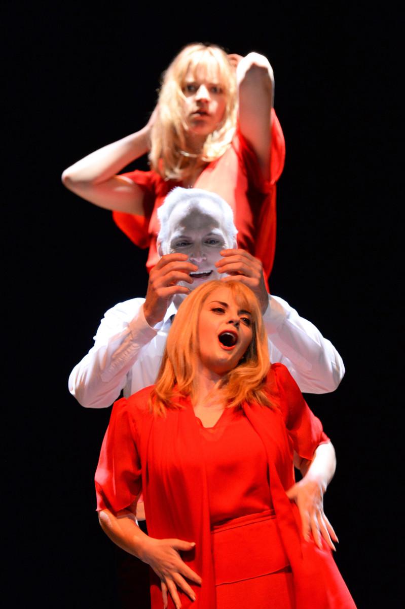 """Marie (Eva-Maria Sommersberg) ist auch in den intimsten Momenten zwischen Paul (Charles Workman) und Marietta (Celine Byrne) als schlechtes Gewissen präsent, """"Die tote Stadt"""" von Erich Wolfgang Korngold am Staatstheater Kassel, Foto: N. Klinger"""