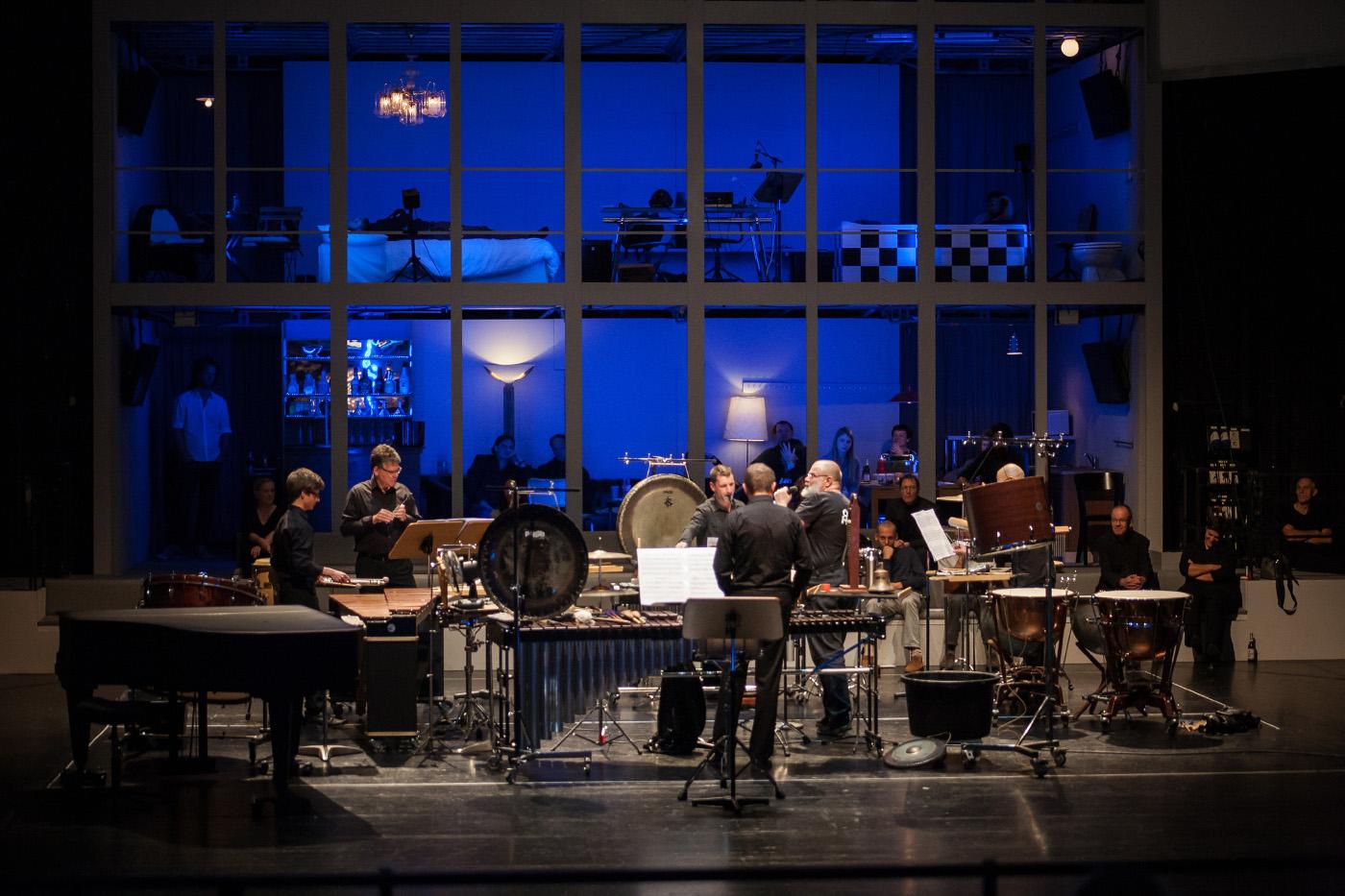 """Schlagwerk und Altflötist haben sich um den Sprecher Martin Reik versammelt, """"Farben der Moderne"""", das 12-Stunden-Konzert in Halle, Foto: Sebastian Weise"""