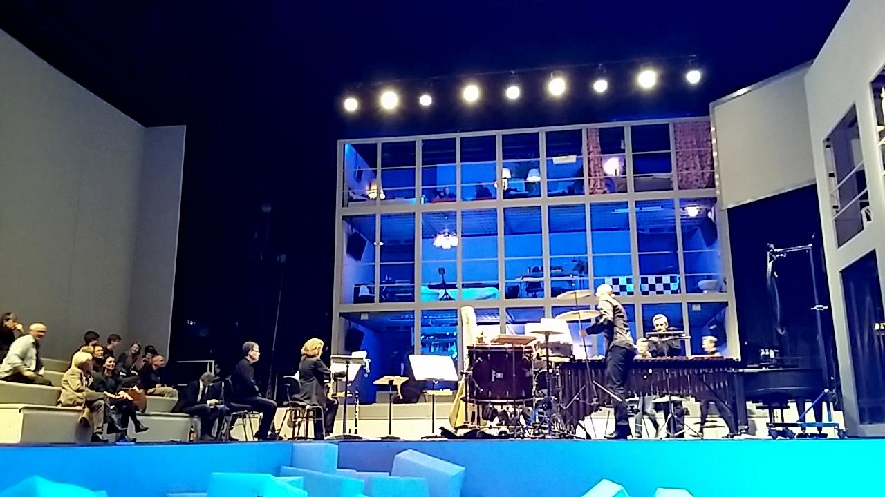 """Blick aus dem Schaumstoff-Orchestergraben in die Welt von Heterotopia, """"Farben der Moderne"""", das 12-Stunden-Konzert in Halle, Foto: Viktoria Knuth"""