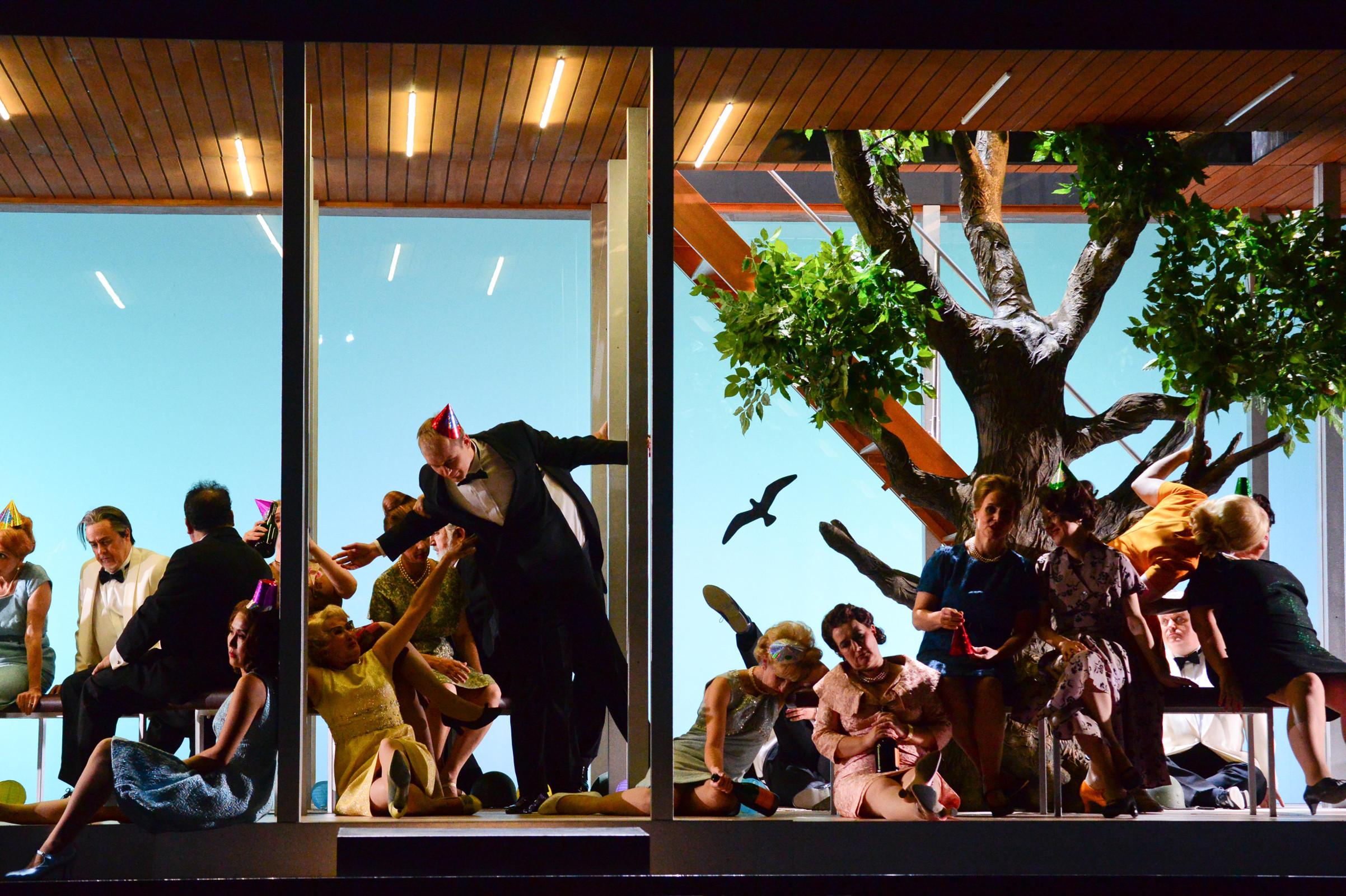"""Minimalistische Architektur, die einen Baum integriert. Hübsch, aber unlustig, """"Die Großherzogin von Gerolstein"""" von Jacques Offenbach am Staatstheater Kassel, Foto: N. Klinger"""