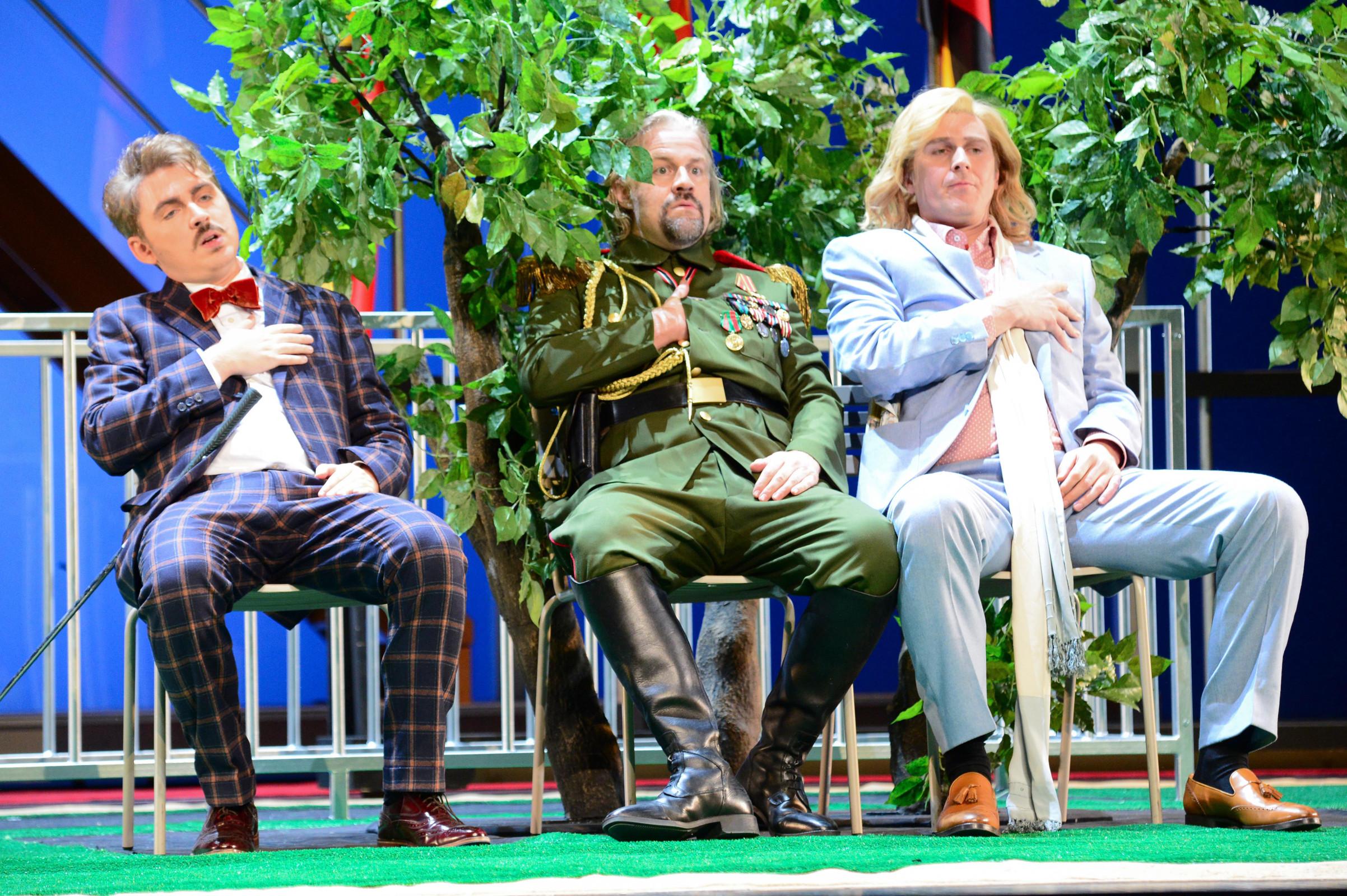"""Die drei gelangweilten Herren Baron Puck (Daniel Holzhauser), General Bumm (Marc-Olivier Oetterli) und Prinz Paul (Tobias Hächler) spüren ihrem Puls nach, """"Die Großherzogin von Gerolstein"""" von Jacques Offenbach am Staatstheater Kassel, Foto: N. Klinger"""
