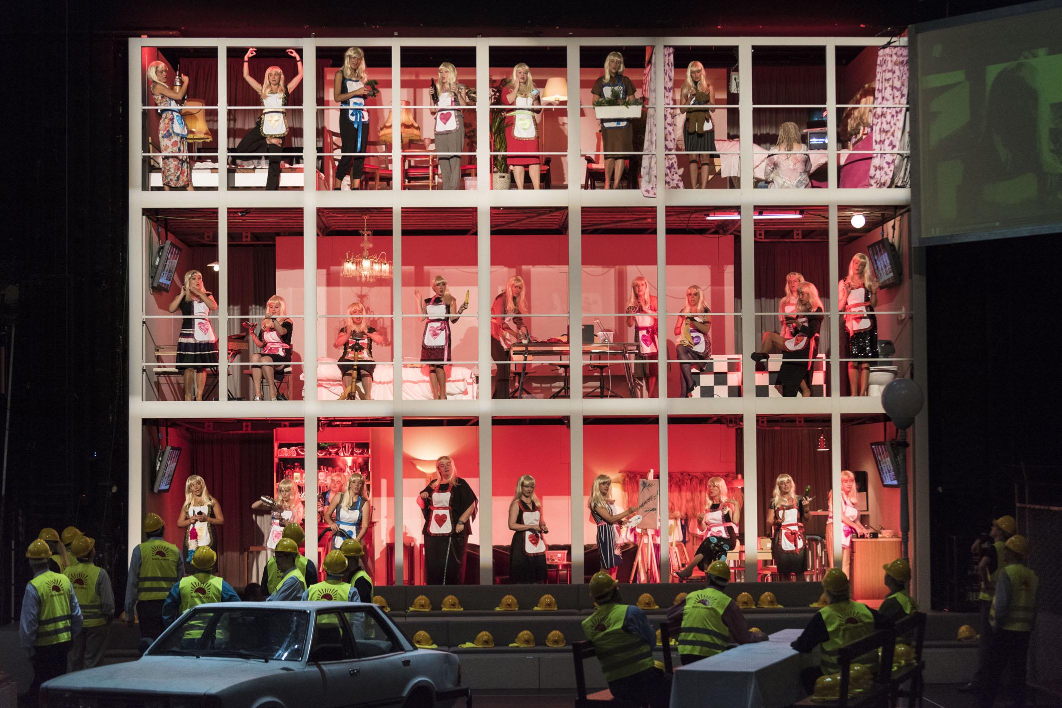 """Auf der Hinterseite der Raumbühne stapelt sich der Damenchor, darunter vermischt sich der Herrenchor mit dem Publikum, """"Der fliegende Holländer"""" von Richard Wagner an der Oper Halle, Foto: Falk Wenzel"""