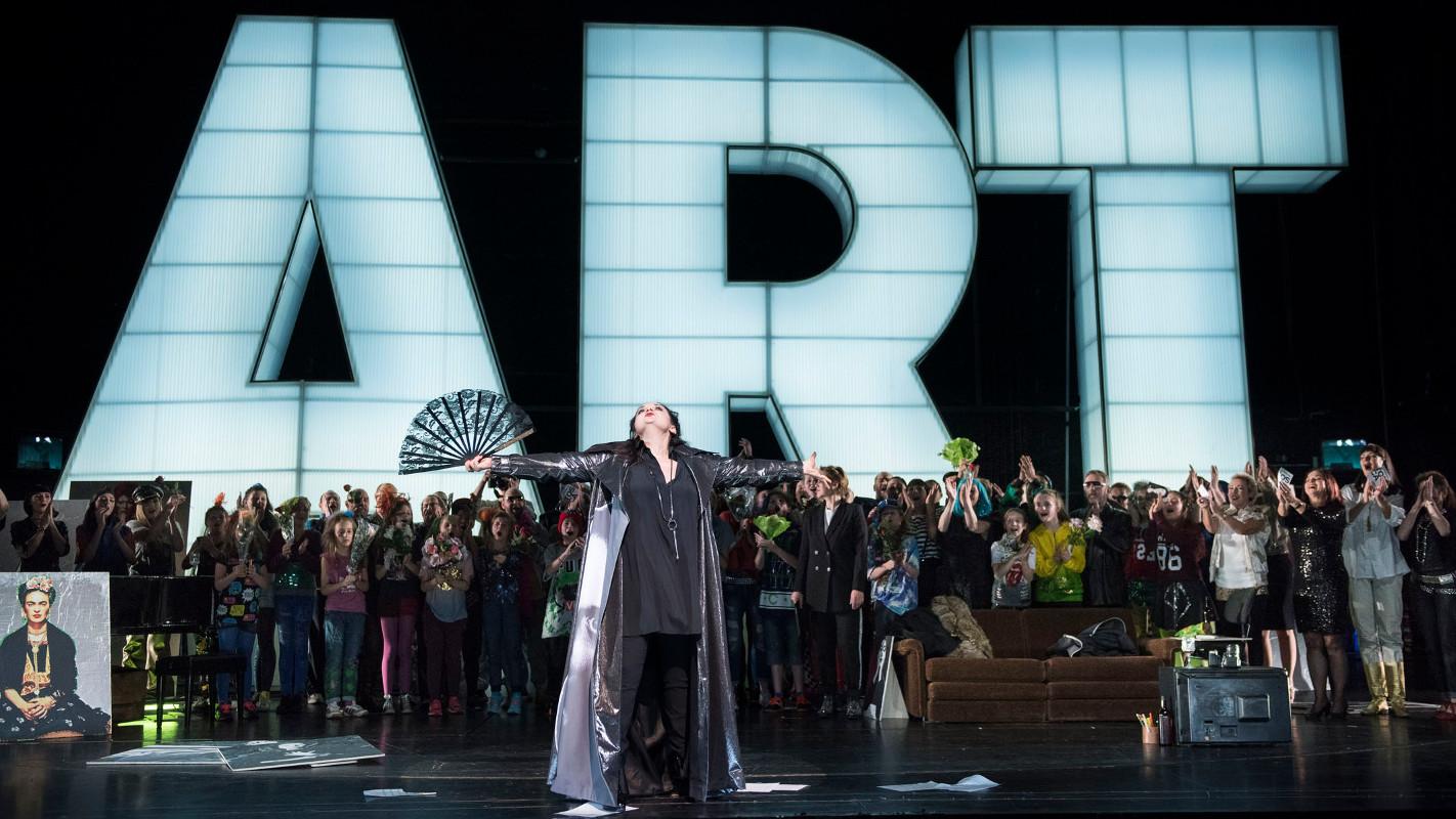 """Die Diva (Romelia Lichtenstein) und ihr begeistertes Publikum, """"Tosca"""" von Puccini an der Oper Halle, Foto: Falk Wenzel"""