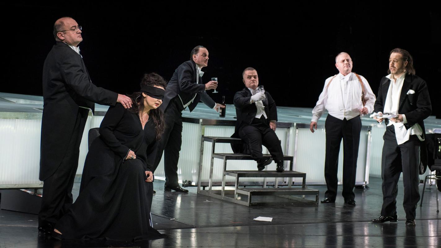 """Tosca (Romelia Lichtenstein) ahnt nicht, dass ihr Geliebter Mario (Eduardo Aladrén, ganz rechts) bestechlich ist, """"Tosca"""" von Puccini an der Oper Halle, Foto: Falk Wenzel"""