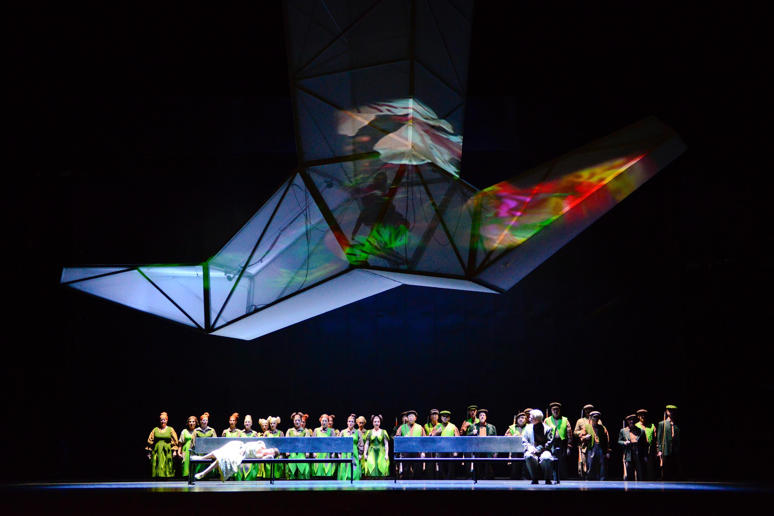 """In dieser hängenden Installation ist der Wurm drin, """"Luisa Miller"""" von Giuseppe Verdi am Staatstheater Kassel, Foto: N. Klinger"""