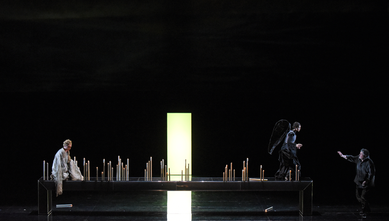 """Der Engel (Sofia Pintzou) arrangiert die Kerzen auf dem Altar und Desdemona (Dorothea Röschmann) und Otello (Stephen Gould) singen dazu, Giuseppe Verdis """"Otello"""" an der Semperoper Dresden, Foto: Monika Forster"""