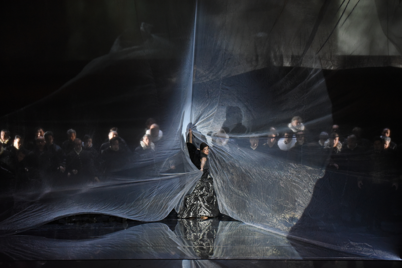 """Der vom Sturm bewegte Schleier, ein ästhetisches Erlebnis - gefühlte zehn Minuten lang, Giuseppe Verdis """"Otello"""" an der Semperoper Dresden, Foto: Monika Forster"""