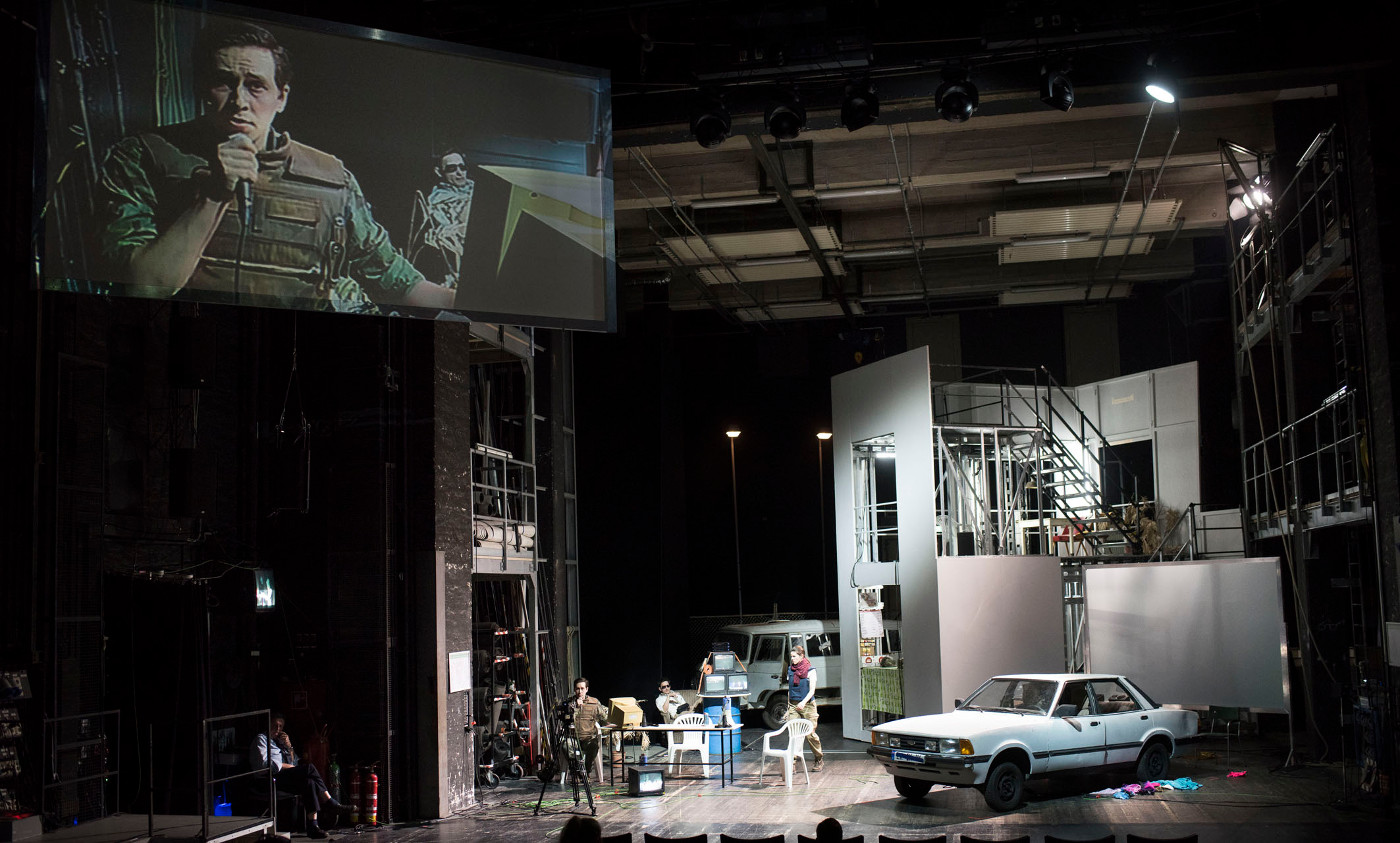 """Gespielt wird auf der Seitenbühne mit dem ganzen üblichen Gerammel, das in einem Theater so rumfliegt, inklusive gelangweiltem Feuerwehrmann, """"Sacrifice"""" von Sarah Nemtsov an der Oper Halle, Foto: Falk Wenzel"""