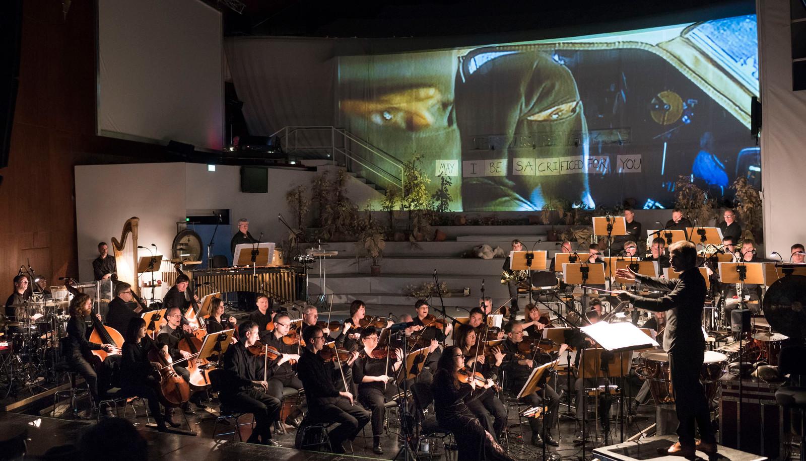 """Nicht nur akustisch, sondern auch optisch ein Erlebnis sind Michael Wendeberg und die Staatskapelle Halle, """"Sacrifice"""" von Sarah Nemtsov an der Oper Halle, Foto: Falk Wenzel"""