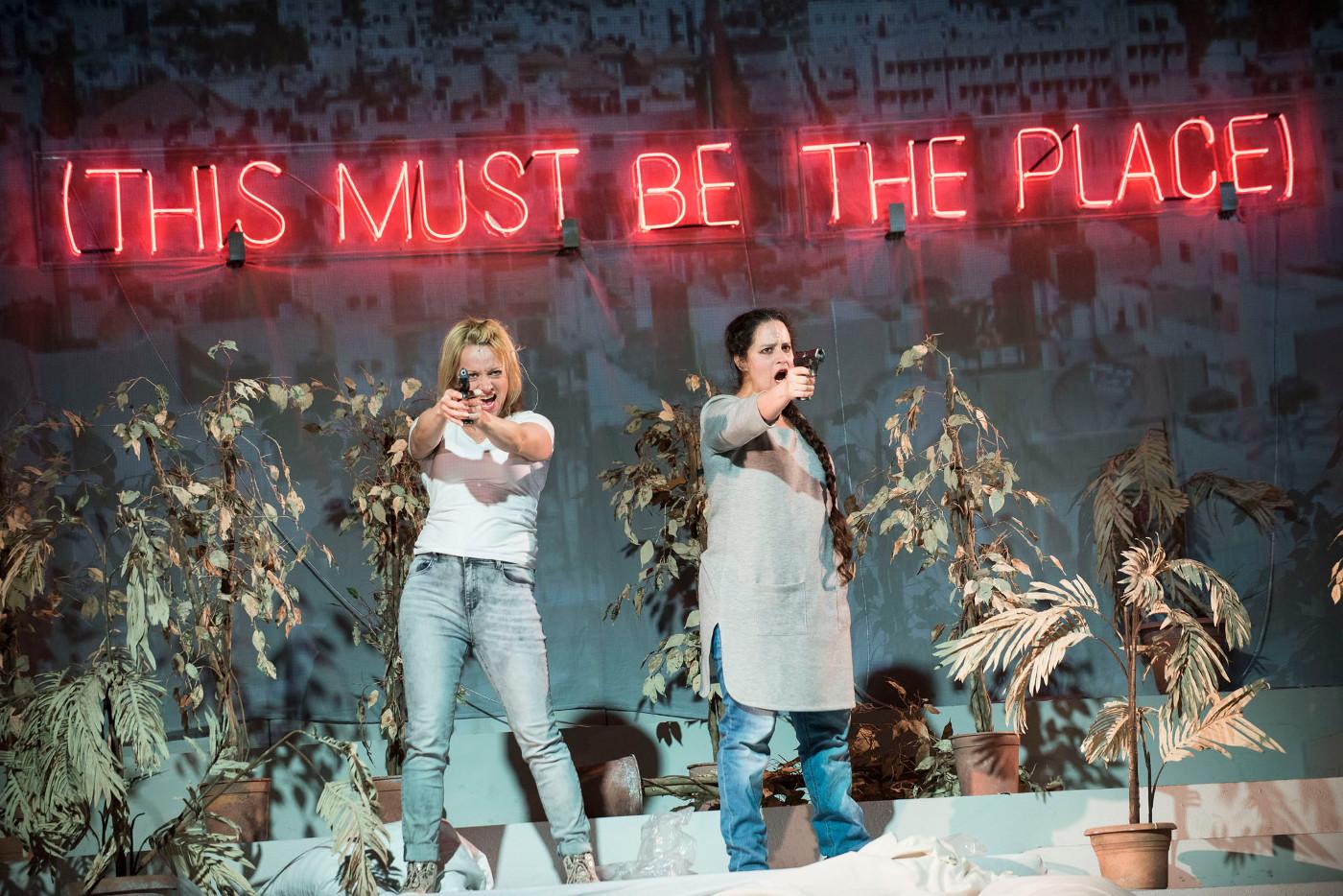 """Jana (Marie Friederike Schröder) und Henny (Tehila Goldstein) gefallen sich als Kämpferinnen für eine höhere Sache, """"Sacrifice"""" von Sarah Nemtsov an der Oper Halle, Foto: Falk Wenzel"""